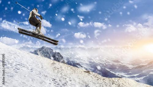Poster Wintersporten skifahrer springt über die piste