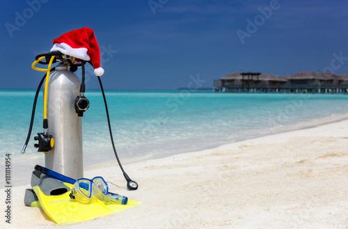 Ausrüstung zum Tauchen mit Weihnachtsmann Mütze am Strand der Malediven