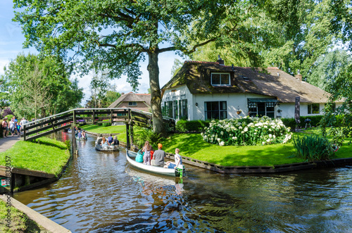 Photo Giethoorn, Netherlands: View of famous Giethoorn village with canals and rustic thatched roof houses