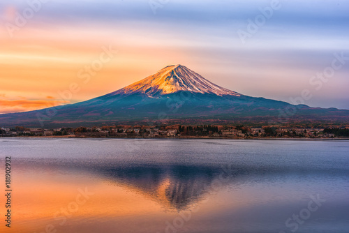 Valokuvatapetti Mount Fuji and Lake Shojiko at sunrise in Japan.