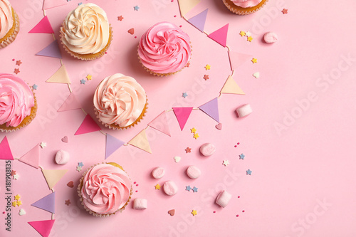 Photo  Many yummy cupcakes on color background