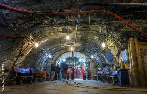 Fotografía A few tourist waiting underground in the mine for the elevator