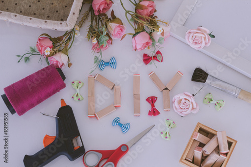 Foto  Flat lay hand craft Materials with DIY wooden wording