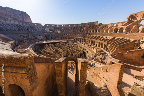 Photo  The central oval arena of the ancient roman coliseum, Rome, Italy, with tiered terraces, at sunrise
