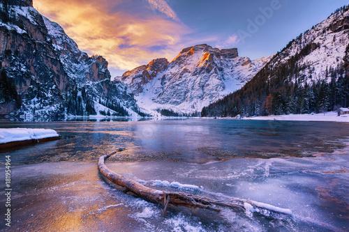 zimowy-wschod-z-kolorowych-cloudscape-nad-lago-di-braies-dolomity-wlochy