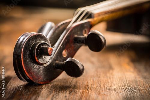 Skrzypce w stylu vintage na tle drewna