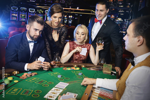 Fotografia Group of rich people is playing poker in the casino