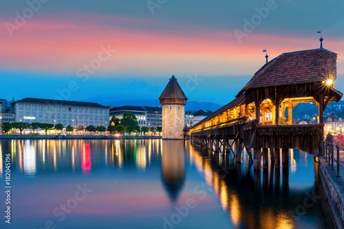 Plakat Lucerna. Wizerunek lucerna, Szwajcaria podczas mrocznej błękitnej godziny.