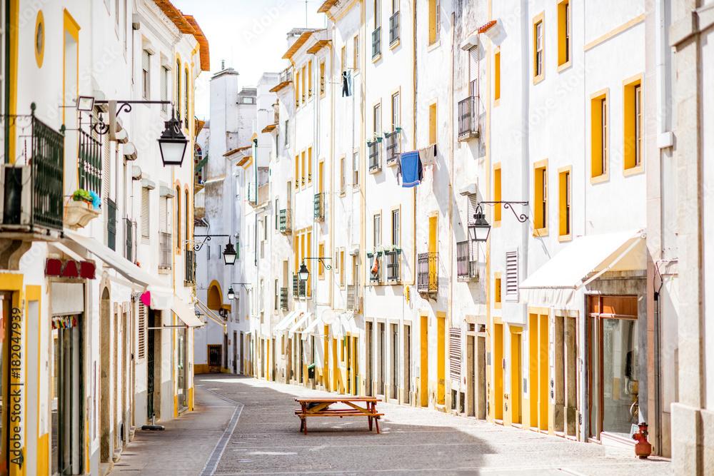 Fototapety, obrazy: Uliczny widok z pięknymi starymi budynkami mieszkalnymi w Evora, Portugalia