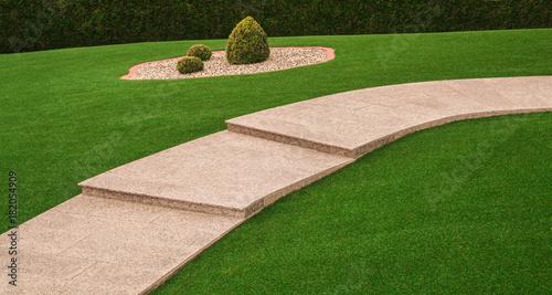 Photo Vorgarten mit Gartenweg und Außentreppe aus Granit und Kunstrasen - Front yard w