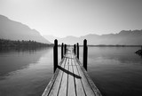 czarno-biały drewniany most