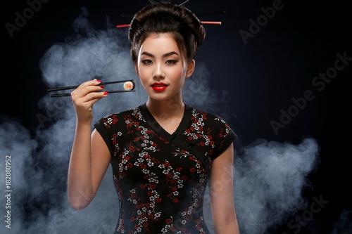 azjatycka-kobieta-z-suszi-lasowania-suszi