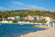 Hafen, Strand und Blick auf Bilo - Primosten, Dalmatien, Kroatien