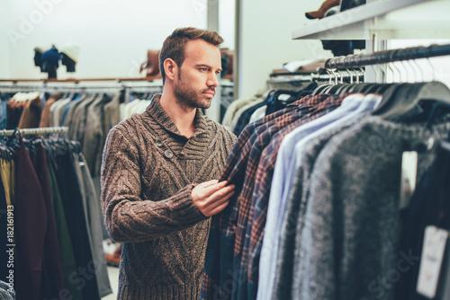 Zdjęcie XXL Młody blondynka mężczyzna robi zakupy w sklepie