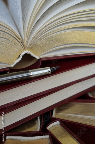 Obraz książka i pióro - fototapety do salonu