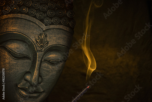 La pose en embrasure Buddha Buddha image with incense