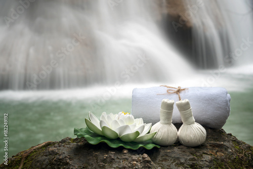 Fotografía  Thai spa massage compress balls and salt spa objects