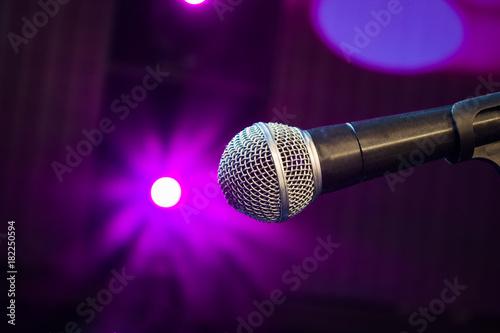 Plakat mikrofon na scenie z magenta jasnym tle