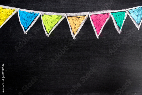 Foto Colorful chalk drawing in hanging party flag shape on blackboard background