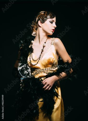 stylowa-kobieta-na-czarnym-tle