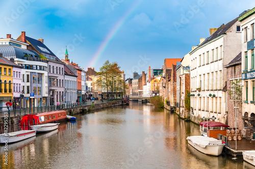 In de dag Antwerpen Altstadt in Gent mit Regenbogen
