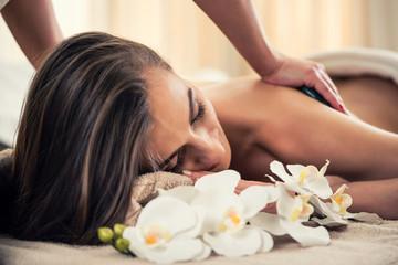 Obraz na płótnie Canvas Frau bei hot stone Massage und Wellness