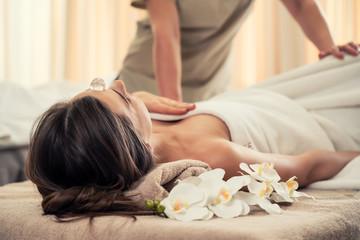 Obraz na płótnie Canvas Frau entspannt bei Edelsteinmassage und Wellness