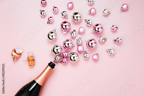 Fotografía  Champagne bottle with pink and silver christmas balls