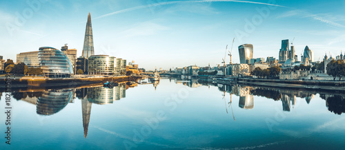 Photo sur Toile Europe Centrale The banks of river Thames