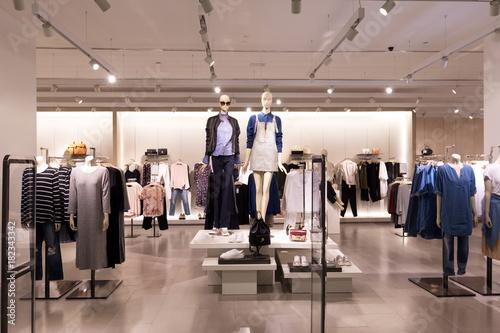 wnętrze nowoczesnego sklepu z modą