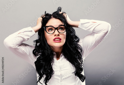 Photo  Young woman feeling stressed on a solid background