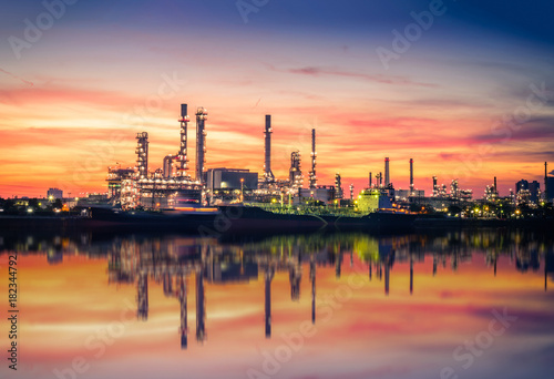 Ingelijste posters Centraal Europa Oil and gas Refinery factory with beautiful sky at sunrise.