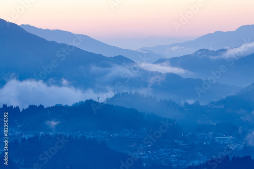 Obraz 国見ヶ丘からの夜明け - fototapety do salonu
