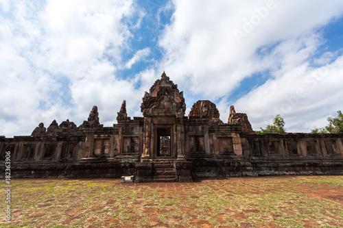 Foto  Phanom Rung historical park at Buriram Province,Thailand( Generality in Thailand ,and kind of art decorated in Buddhist church,temple pavilion,temple hall