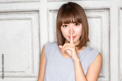 Photo ナイショ / 若い女性