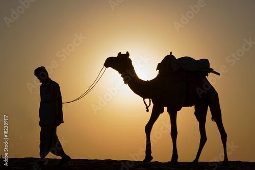 Fototapeta Marcheur et chameau dans le désert