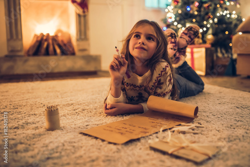 Photographie  Little girl waiting for Christmas