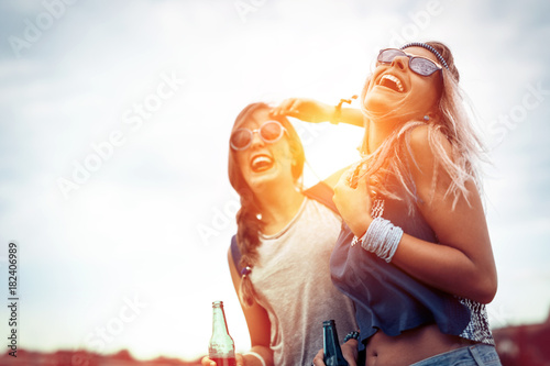 Poster Magasin de musique Happy friends laughing and having fun outdoors