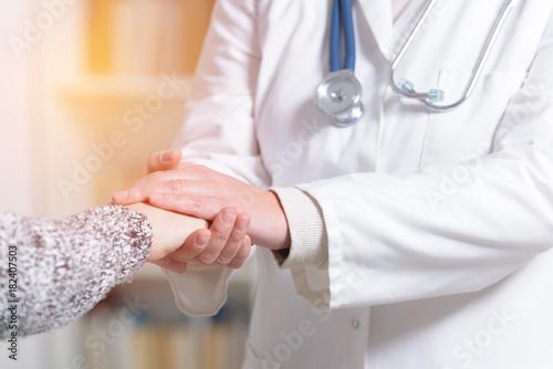 Fotografía  Doctor holding patient's hand