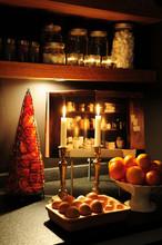 Atmosphère Hivernale En Cuisine Avec Des Bougies Et Des Fruits