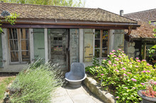 Ancienne Cabane De Jardin Et Vieille Baignoire En Fer Dans Un Jardin Fleuri