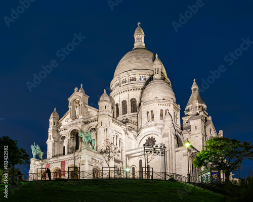 Photo  View of Basilica Sacre Coeur in Montmartre at night