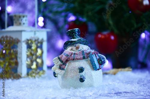 Fototapeta Ozdoba świąteczna, bałwanek w śniegu obraz