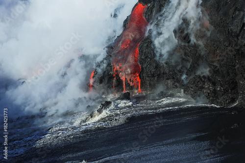 Staande foto Vulkaan Lava flows from the Kilauea volcano