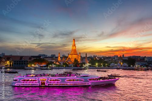 Foto  Wat Arun and cruise ship in twilight time, Bangkok city, Thailand
