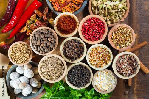 Drewniane miski pełne różnorodnych przypraw azjatyckich i bliskowschodnich