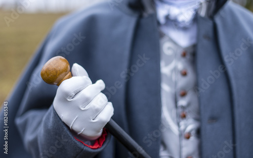 Photo a man in antique clothes holds a cane