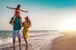 Leinwandbild Motiv Familie am Strand