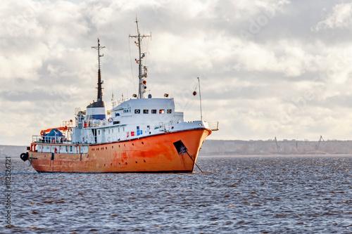 Foto op Plexiglas Arctica Red cargo ship