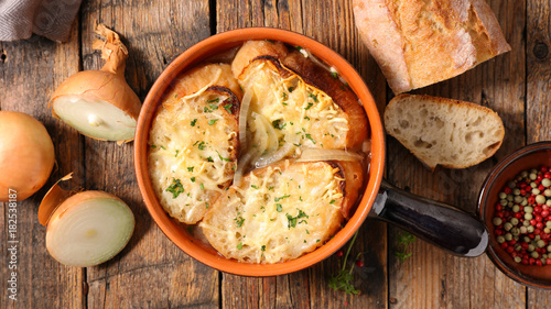 Fotografia onion soup with bread and cheese